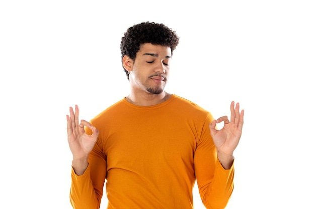Afro guy disant ok isolé sur fond blanc