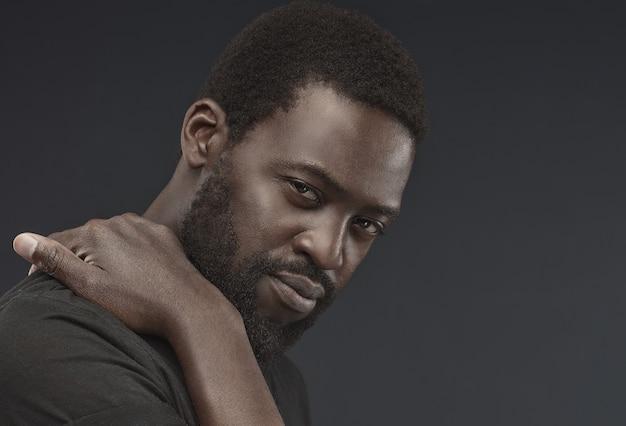 Afro man.portrait de bel homme barbu d'âge moyen. regard droit, contemplatif et confiant sur le spectateur. cheveux afro.