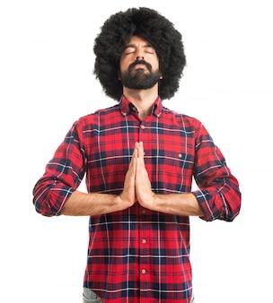 Afro man en position zen