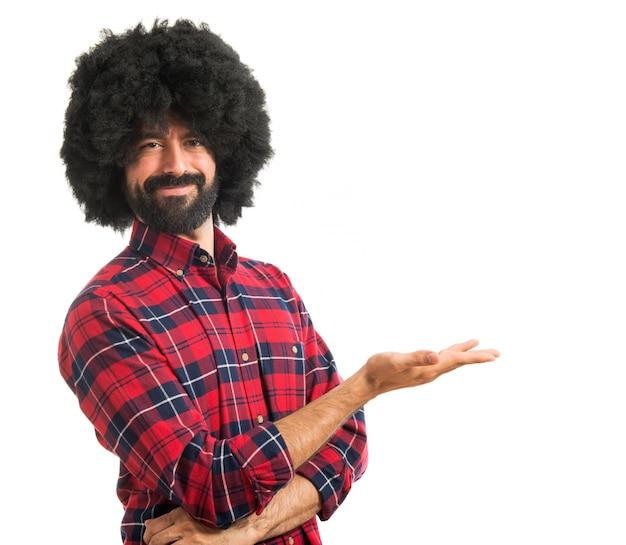 Afro man présentant quelque chose