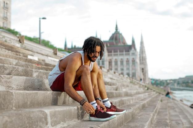 Afro mec attachant ses chaussures