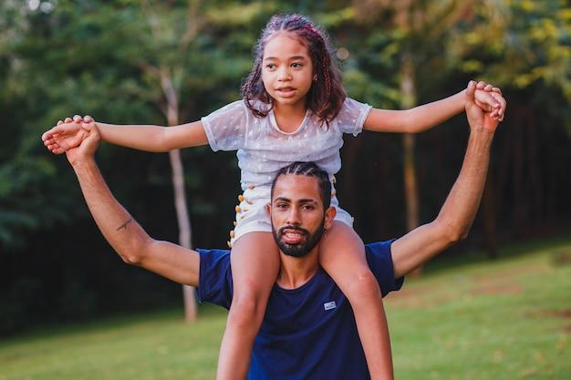 Afro père et fille dans le parc