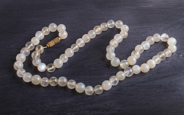 Agate perles de couleur sur fond noir