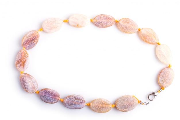 Agate de veine de dragon perles de couleur isolés sur fond blanc