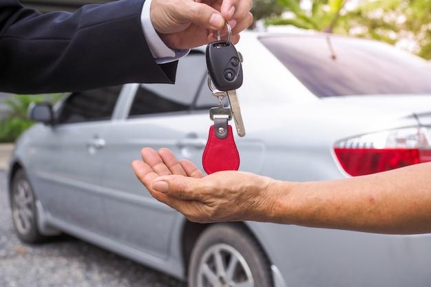 L'agence a envoyé des clés de voiture aux locataires à des fins de voyage