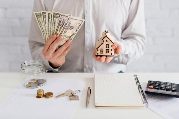 Agence immobilière avec de l'argent et de la maison