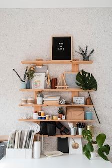 Agencement de bureau avec étagères