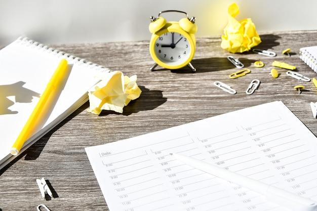 Agenda, planificateur heure par heure avec réveil et fournitures de bureau