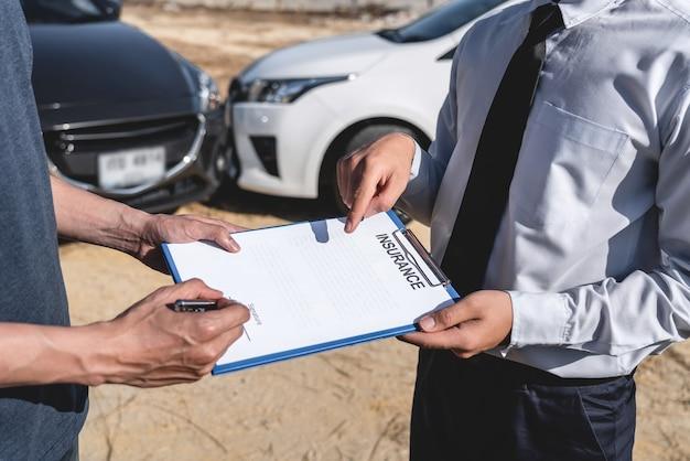L'agent d'assurance et le client ont évalué la négociation, la vérification et la signature du formulaire de demande de rapport