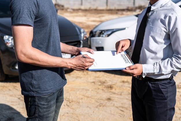 L'agent D'assurance Et Le Client Ont évalué La Vérification De La Négociation Et La Signature Du Processus De Formulaire De Demande De Rapport Photo Premium