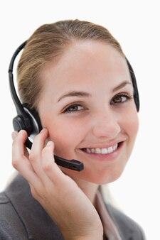 Agent de centre d'appel souriant heureux au travail