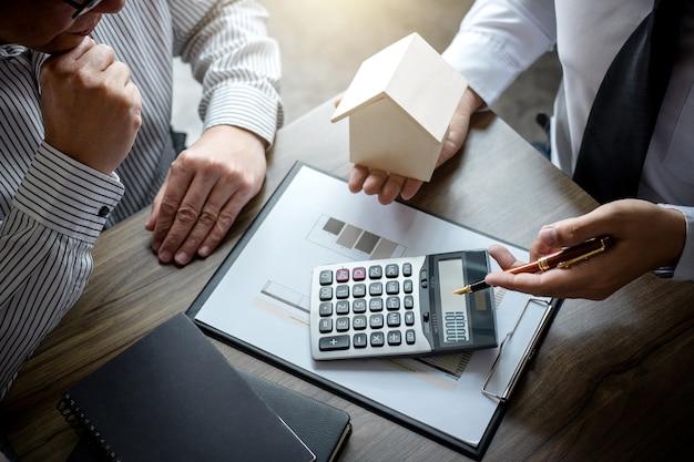 Agent de courtage immobilier analysant et prenant la décision d'un prêt immobilier