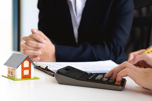 Agent de courtage immobilier en cours d'analyse et de prise de décision