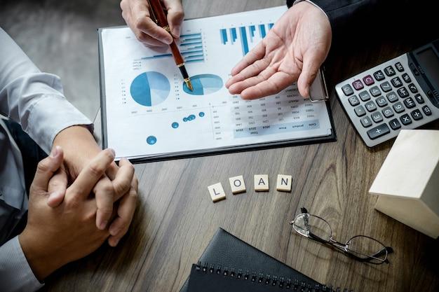 Agent de courtage immobilier faisant l'analyse et prenant la décision d'un prêt immobilier à cust
