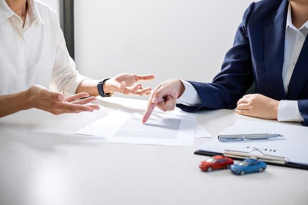 L'agent de courtage présente et consulte le client pour prendre un accord de forme de signe de décision