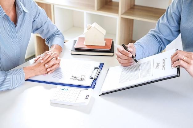 Agent de courtier immobilier consulter à la prise de décision du client signer une assurance