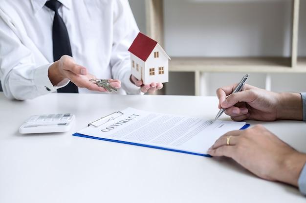 Agent courtier présentant et consultant le client pour prendre une décision, signe un accord de formulaire d'assurance