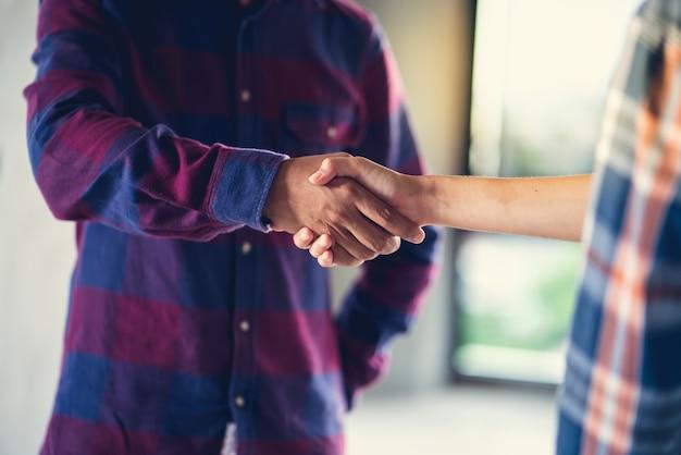 L'agent est heureux et se serrent la main pour célébrer le succès de la fin du plan d'emploi