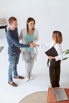 Agent immobilier à angle élevé faisant une affaire