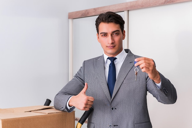Agent immobilier avec clé de la maison neuve