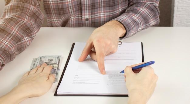 Agent immobilier et client se serrant la main après avoir terminé le contrat après une assurance habitation et un prêt d'investissement