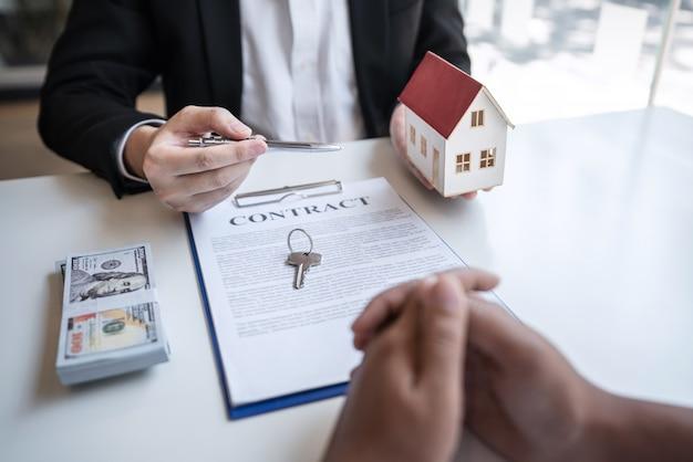 Agent immobilier concluant un contrat avec un client