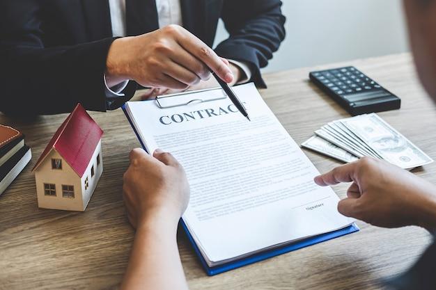 L'agent immobilier conclut un contrat avec le client qui signe un contrat immobilier avec un formulaire de demande de prêt hypothécaire approuvé, achetant ou concernant une offre de prêt hypothécaire pour une assurance habitation.