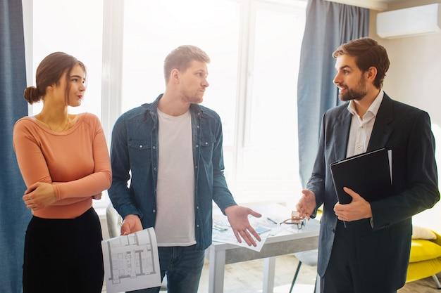 Agent immobilier, couple, conversation