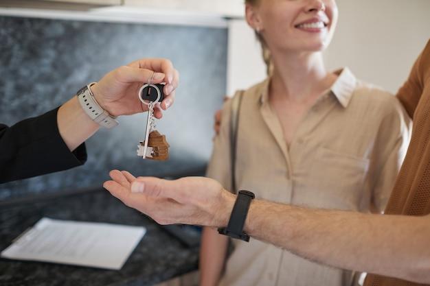 Agent immobilier donnant des clés close up