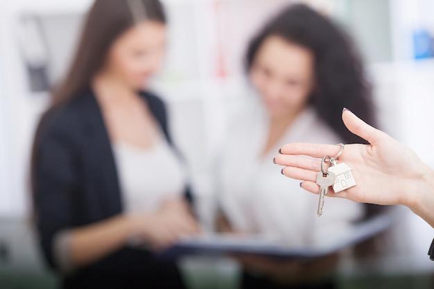 Agent immobilier donnant les clés de la maison à un client