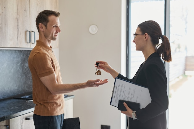 Agent immobilier donnant des clés