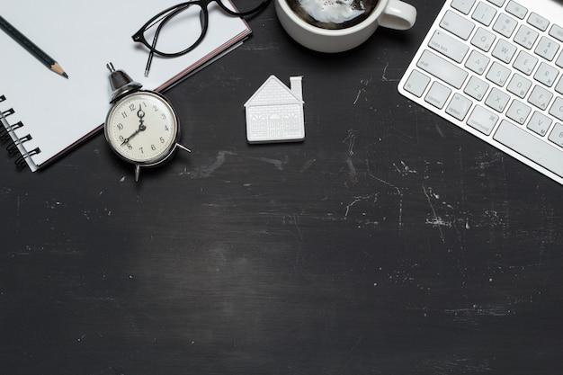 Agent immobilier d'espace de travail. prêt hypothécaire. petite maison avec une calculatrice, un clavier