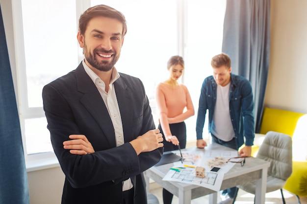 Agent immobilier heureux et couple flou parler à l'arrière