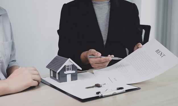 Agent immobilier main tenant un stylo, pointez sur un contrat commercial, louer, acheter, hypothèque, prêt, assurance habitation.