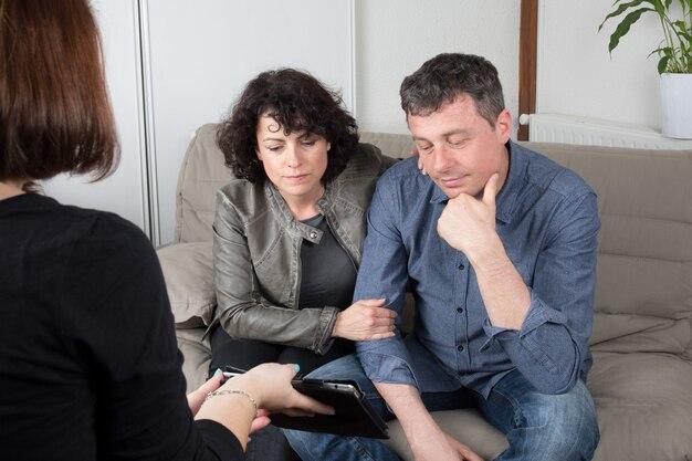 Un agent immobilier montre un projet de construction sur une tablette numérique