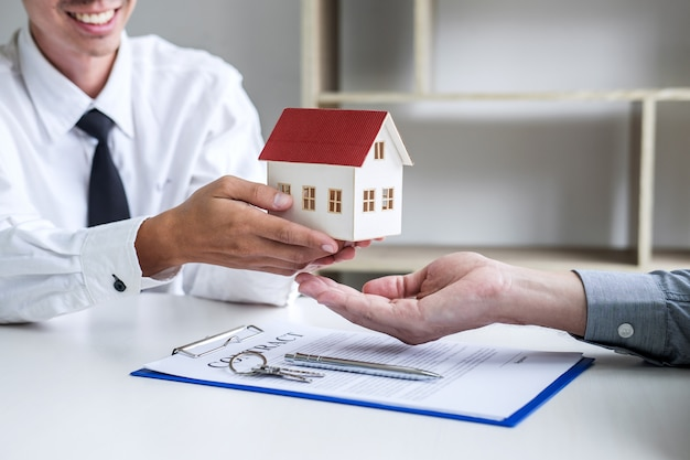 Agent immobilier présentant et consultant au client pour la prise de décision