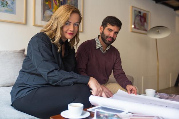 Agent immobilier présentant le plan d'étage