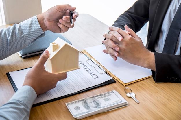 L'agent immobilier présente le prêt immobilier et envoie les clés au client après la signature du contrat d'achat