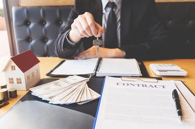Agent immobilier remettant les clés de la maison accord de client