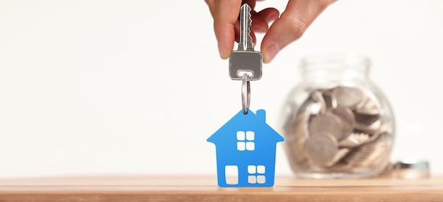 Agent immobilier remettant les clés de la maison en main