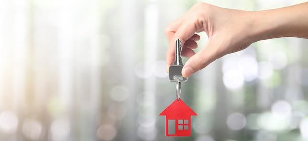 Agent immobilier remettant une maison clés en main et pièces de monnaie