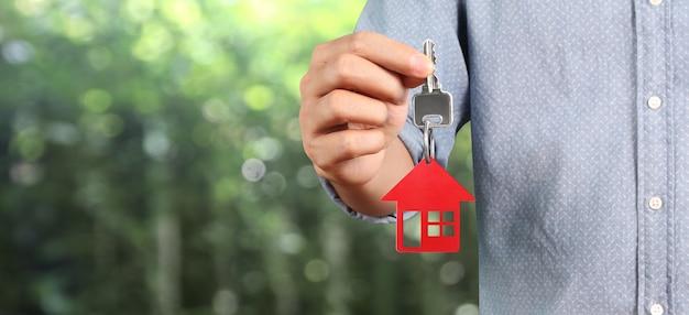 Agent immobilier remise des clés de la maison en main