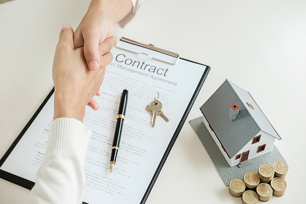 Agent immobilier serrant la main du client pour un contrat d'achat de maison,