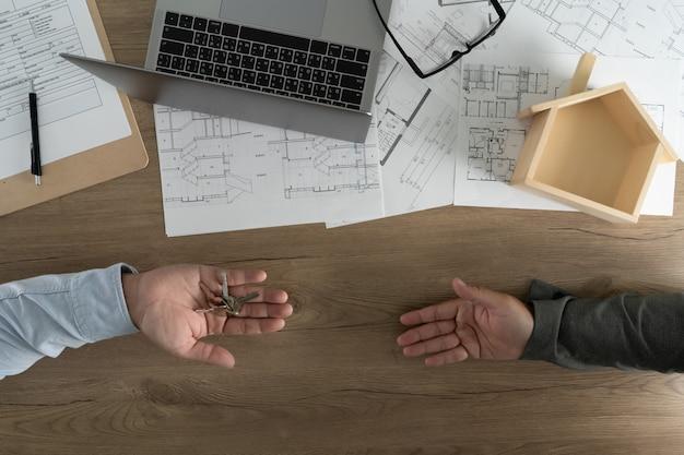 Agent immobilier signant un contrat sur un prêt immobilier