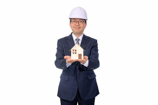 Agent immobilier tenant une maison de jouet
