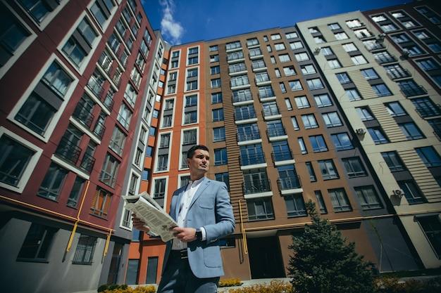 L'agent immobilier vend des maisons