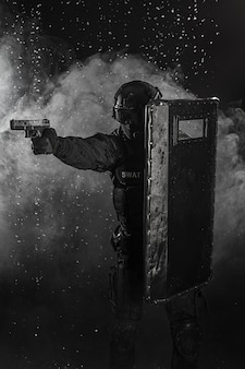 Agent de police avec bouclier balistique