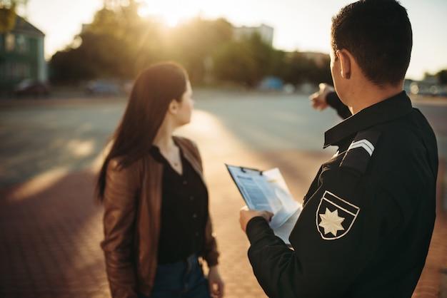 Un agent de police montre une place de parking au conducteur
