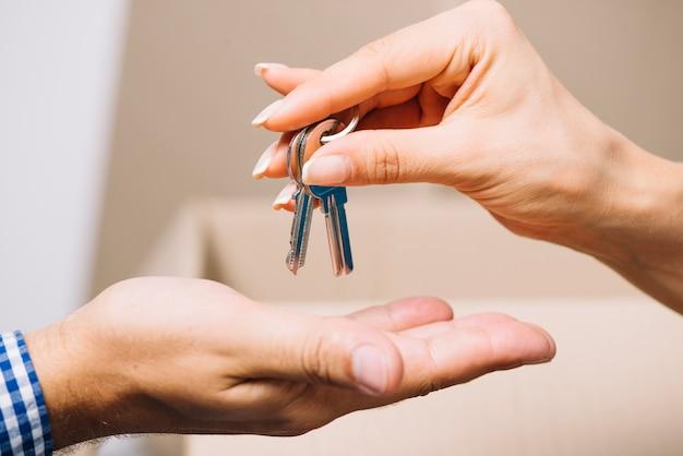 Agent de récolte donnant des clés à l'homme