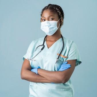 Agent de santé coup moyen portant un masque